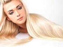 Blond kvinna med långt rakt hår Arkivfoto