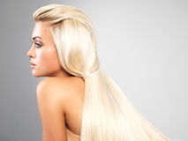 Blond kvinna med långt rakt hår Fotografering för Bildbyråer