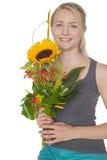Blond kvinna med solrosbuketten royaltyfria foton