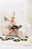 Blond kvinna med vinyler Arkivfoto