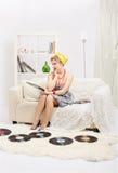 Blond kvinna med vinyler Arkivbild