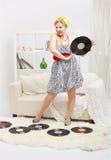 Blond kvinna med vinyler Arkivfoton