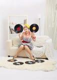 Blond kvinna med vinyler Fotografering för Bildbyråer