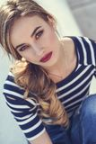 Blond kvinna, modell av mode som possing i stads- bakgrund Royaltyfri Foto