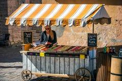Blond kvinna nära liten marknad med fester Royaltyfria Bilder
