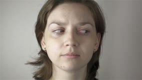 Blond kvinna- och ögonidrottshallövning arkivfilmer