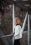 Blond kvinna på bron Arkivfoton