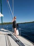 Blond kvinna på en yacht i Kroatien Arkivbild