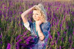 Blond kvinna på solnedgång Royaltyfria Foton