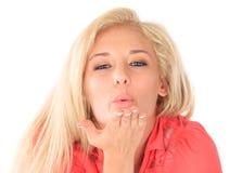 Blond kvinna som blåser kyssen Fotografering för Bildbyråer