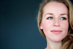 Blond kvinna som bort ser Arkivbilder