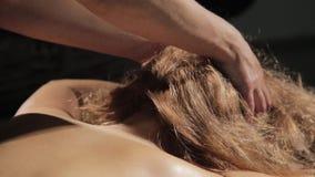 Blond kvinna som får huvudmassage i brunnsort Östligt medicinbegrepp, thailändsk massage lager videofilmer