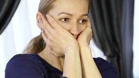 Blond kvinna som gör själv-massagen som i regeringsställning anti--åldras ansikts- massage daglig framsidakondition och framsidab arkivfilmer