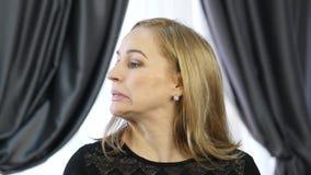 Blond kvinna som gör själv-massagen som i regeringsställning anti--åldras ansikts- massage daglig framsidakondition och framsidab lager videofilmer