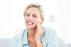 Blond kvinna som har tandvärk Royaltyfri Foto
