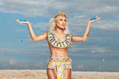 Blond kvinna som kläs som en egyptisk drottning Royaltyfri Fotografi
