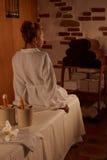 Blond kvinna som kopplar av i brunnsortsalong Royaltyfri Bild