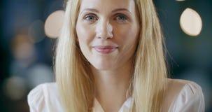 Blond kvinna som ler till kameraståenden För lagarbete för företags affär möte för kontor Caucasian affärsman och lager videofilmer