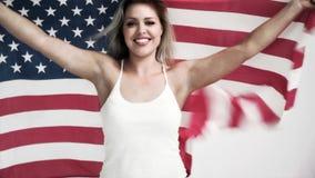 Blond kvinna som rymmer en USA flagga i cinemagraph arkivfilmer