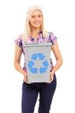Blond kvinna som rymmer ett återanvändningsfack Fotografering för Bildbyråer