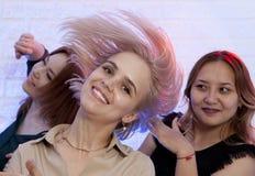 Blond kvinna som ser kameran, medan dansa på nattklubben Royaltyfri Fotografi