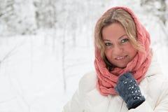 Blond kvinna under snöfall Arkivbilder