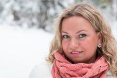 Blond kvinna under snöfall Royaltyfri Bild