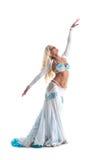 Blond kvinnadans i den vita orientaliska dräkten Fotografering för Bildbyråer