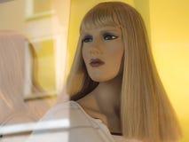 Blond kvinnaskyltdocka Arkivfoton
