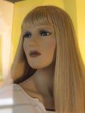 Blond kvinnaskyltdocka Royaltyfri Bild