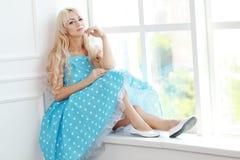 Blond kvinnatappning Royaltyfri Foto