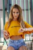 Blond kvinnlig modell Enjoying om dagen på pölen royaltyfria foton