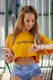 Blond kvinnlig modell Enjoying om dagen på pölen arkivbilder