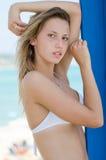 Blond kvinnlig modell med den slanka och attraktiva kroppen i bikini Arkivbilder