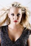 blond kvinnlig som flyger ursnyggt hårbarn Royaltyfri Foto