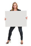 Blond kvinnlig som rymmer det stora blanka tecknet Royaltyfri Foto