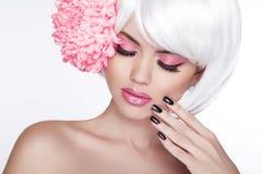 Blond kvinnlig stående för skönhet med den lila blomman. Härliga Spa Wo Arkivfoto