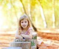 blond lasowego dziewczyny dzieciaka drzewny bagażnik Fotografia Royalty Free