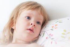 blond liten flickastående Arkivfoto