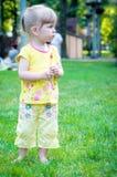 blond liten flickastående Arkivfoton