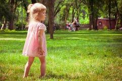 blond liten flickastående Arkivbilder