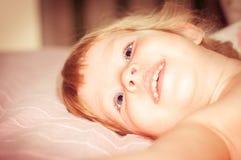 blond liten flickastående Fotografering för Bildbyråer