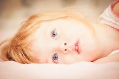 blond liten flickastående Royaltyfria Foton