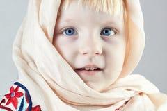 Blond llittleflicka med en sjal Royaltyfri Foto