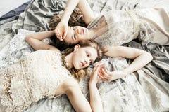 Blond lockig frisyrflicka för nätt tvilling- syster två i lyxig husinre tillsammans, rikt ungdomarbegrepp royaltyfria bilder