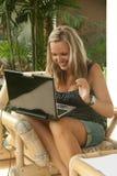 blond lycklig anteckningsbokkvinna royaltyfria bilder