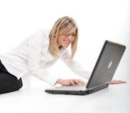 blond lycklig bärbar dator Royaltyfri Bild
