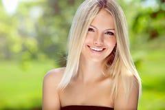 blond lycklig ståendekvinna royaltyfri bild