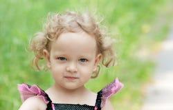 Blond mała dziewczynka outdoors Zdjęcie Royalty Free