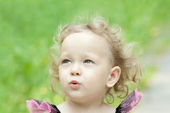 Blond mała dziewczynka outdoors Obrazy Royalty Free